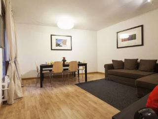4BR/2BA Eixample Apt for 10. Walk to Las Ramblas