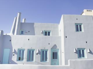 The Grey Villa, Fira