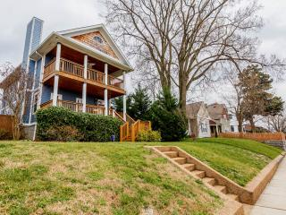 Stay 1 mile from Downtown Nashville with a View!