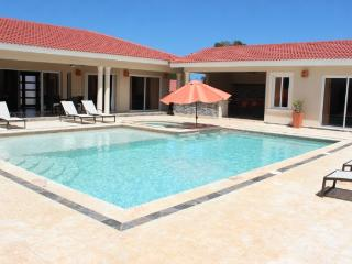 """""""Villa with Jacuzzi, TVs in all bedrooms and livingroom!"""""""
