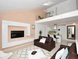 Deluxe 2, three bedroom apartment in Okrug Gornji