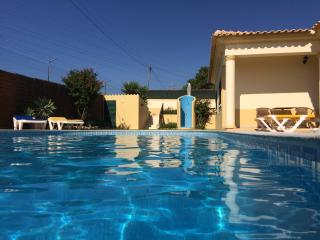 Air conditioned 1 and 2 bedroom villa apartments (FREE Wi-Fi, close to Old Town), Albufeira