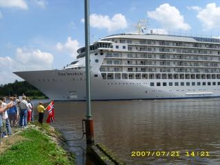 Nahe Nord-Ostsee-Kanal<Traumschiffe zum Greifen na
