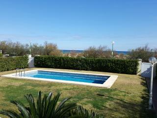 Bonito apartamento con piscina compartida con 3 casas más situada frente al mar