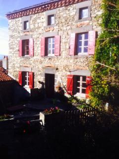 Maison en pierre terrasse et jardin