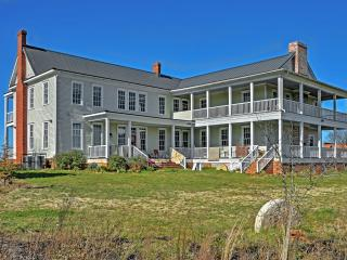 New Listing! 'Smithsonian Plantation' Historically Beautiful 5BR House near Athens w/Wifi, Large Private Deck & Pristine Views - Great Location! Close to Athens, Watkinsville Park & More!, Colbert