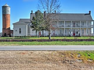 'Smithsonia Plantation' Historically Beautiful 4BR House near Athens w/Wifi, Large Private Deck & Pristine Views - Great Location! Close to Athens, Watkinsville Park & More!, Colbert