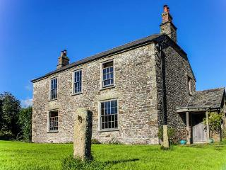 CROCADON FARM, Grade II listed, pool table, open fires, parking, gardens, in Sal