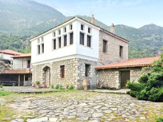 Comfortable mountain house with garden, Lilaia