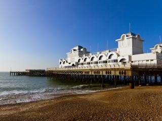 Seafront Apartment with Private Garden, Portsmouth