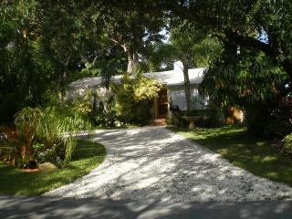 Tropical Hideaway - Near Beaches 3 BR Private Home