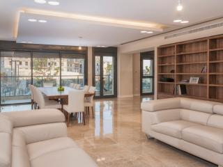 Luxurious Residence, B. Vegan 3 Bedrooms / 8 Beds, Jerusalem
