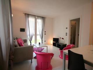 Fuxia Sleeps 6 modern appartment with pool, Pianello del Lario