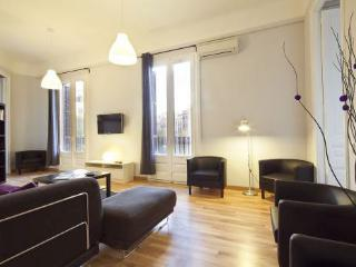 Downtown Barca 7BR/3BA flat steps from Plaza Catalunya + La Ramblas. Come Visit!