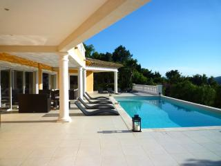 199225 5-bedroom modern villa, airconditioning, pool 10 x 5, beach & centre 1 km