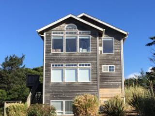 The Argo~Great Ocean Views, HotTub, King in Master, Lincoln City