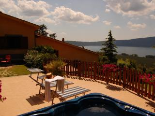 Lake Villa with Jacuzzi , pool, view - sleep 5, Ronciglione
