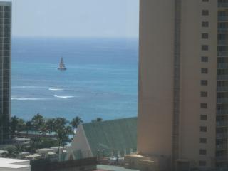 BEAUTIFUL, MODERN OCEAN VIEW..WALK TO BEACH..POOL, Honolulu