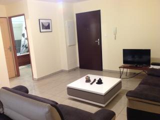 Le séjour comprenant une TV et 2 canapés de 3 et 2 places