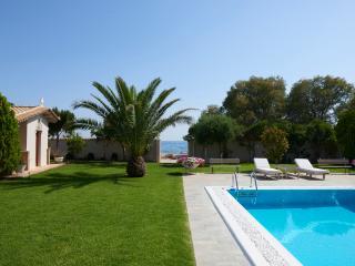 Villa Pvt Pool 50m from the beach, Kalyvia Thorikou