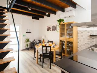 Stay in the heart of Gracia in this modern 3BR/2BA Duplex by Paseo de Gracia!!!