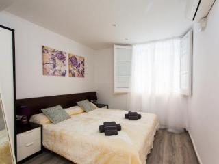 3BR/2BA Duplex Apt in Trendy Gracia for 6