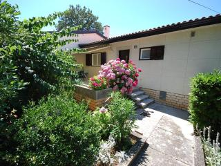 Apt. DEKA for 2-4 persons - few steps from the sea, Njivice
