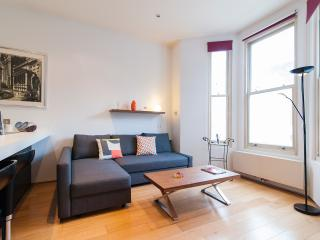 Lovely 2 Bedroom Kensington Family Apartment for 5, Londres