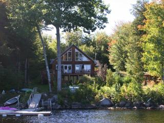 Beautiful Private Lakefront Chalet, Hartland