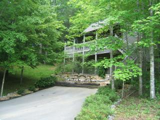 Gatlinburg Chalet - Private & Cozy, Pet Friendly,