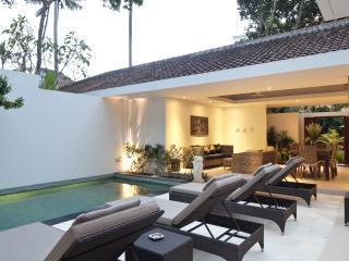 Villa Coco - 2 Bedroom Pool Villa, 300m to beach and shop