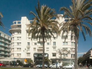 Chic studio apartment opposite beach central Nice