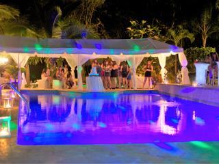 Villa Bonita #1 all the utilities, Sleep up to 35, pool, Jacuzzi..