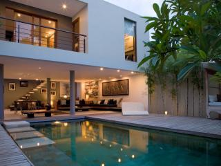 Luxury Design Villa - 2 BD - Seminyak Center, Kuta