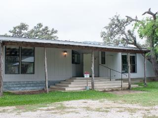 Large Family Ranch Lake House, Tarpley