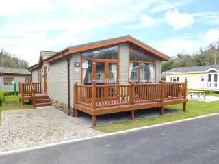 SEA BREEZE, detached lodge, en-suite, enclosed decked area, pet-friendly, Stepaside, Ref 935043