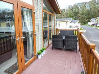 SEA BREEZE, detached lodge, en-suite, enclosed decked area, pet-friendly