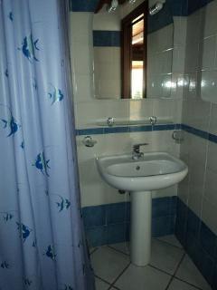bagno completo con doccia (tenda)