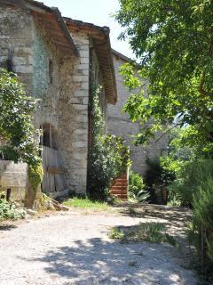 Cammino della via Francigena, casa in pietra, per una serena quiete. Silenzio, acqua, colori e pace.