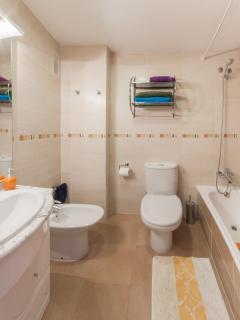 baño con bañera dentro de la habitación principal