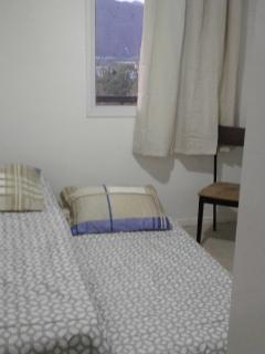 Segundo quarto com 2 camas solteiro e Armário