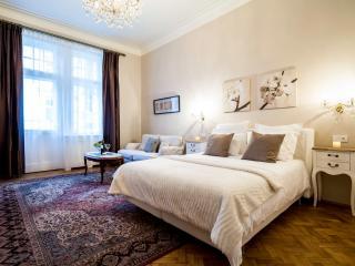 Classy 3 Bedroom+ 3 Bath Family Apt