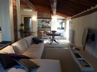 Elegant 2 br apartment, bright and cozy.