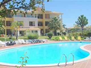 2 bedroom w terrace, garden and pool. Free WIFI, Vilamoura