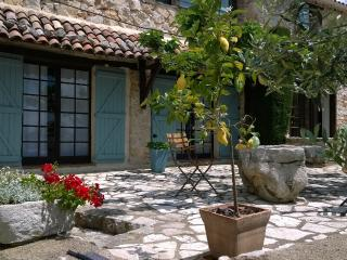 Stunning 1 Bedroom in Provencal Farmhouse, with a Pool, Mons