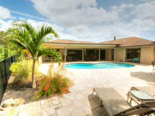 Cozy luxury pool home just 10 minutes to the beach, Napels