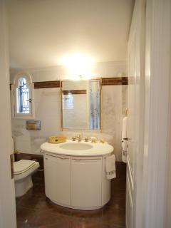 1st floor - Master bedroom en-suite bathroom