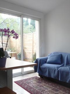 coin détente avec vue sur la terrasse et le jardin