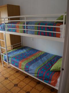 Habitación con literas para dos personas.