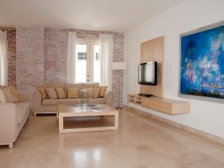 Modern 3 BR Old City Luxury Condo, Cartagena